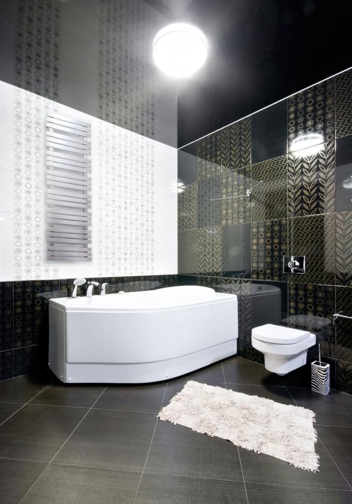 На черном фоне отделки ванной комнаты хорошо смотрится белая сантехника
