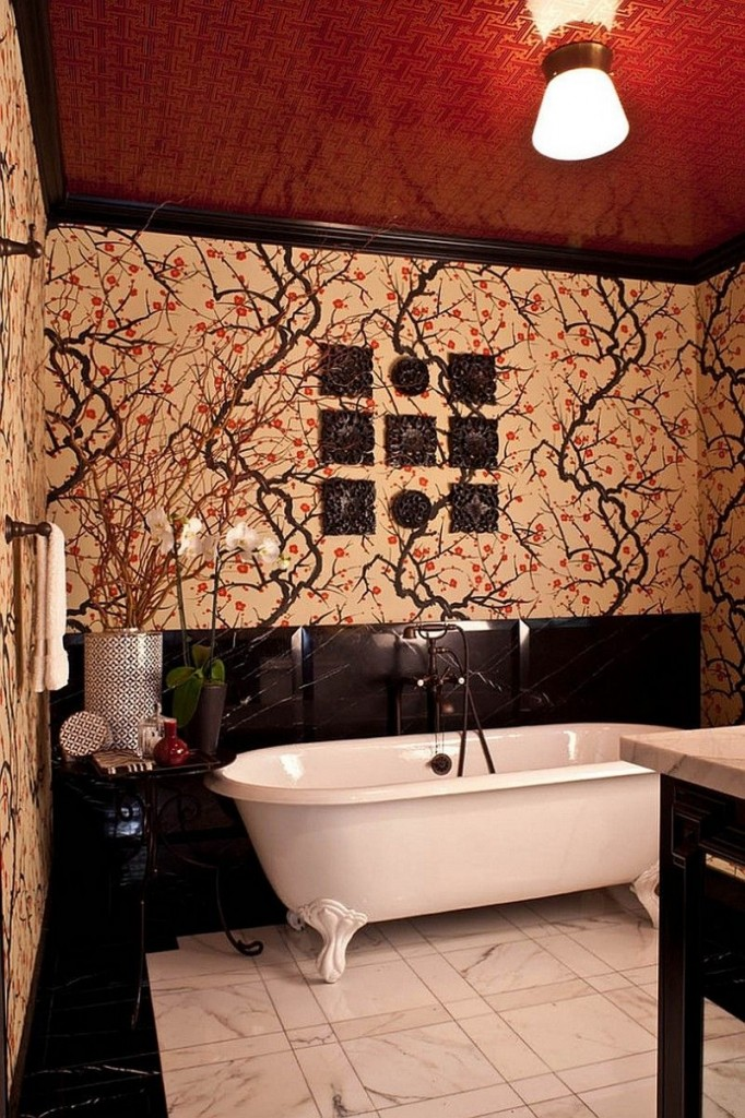 Для ванной в восточном стиле выбрали красный натяжной потолок с золотым рисунком