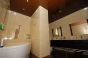 Фото 17 Натяжные потолки в ванной (45 фото): идеальный выбор