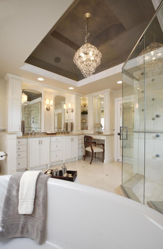 Благодаря отражающей способности такого потолка, ванная кажется больше