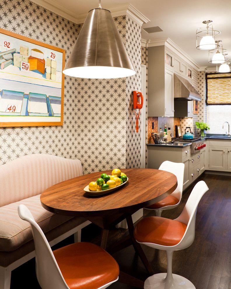 С помощью моющих обоев пастельных тонов, можно зрительно увеличить размер небольшой кухни