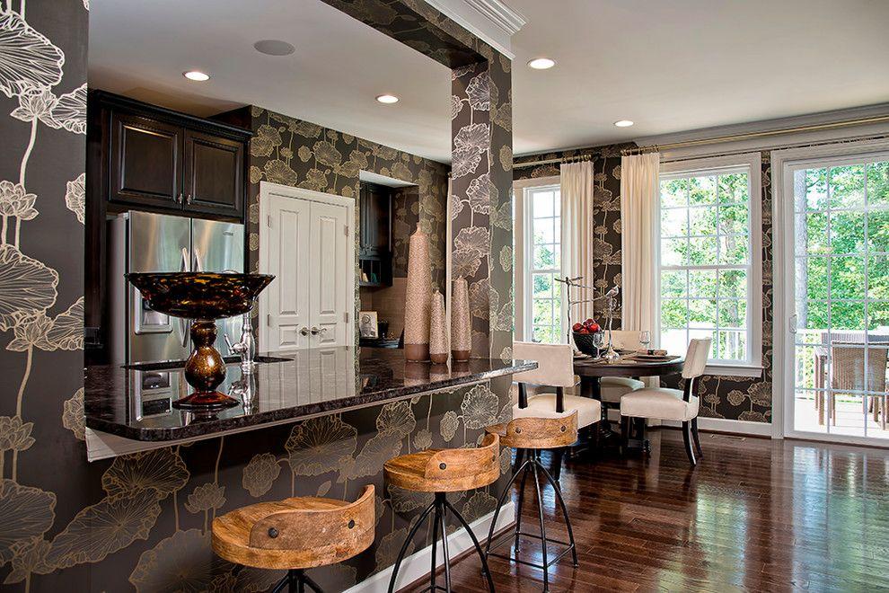 Орнамент стильных обоев для стен кухни складывается в законченное художественное произведение, которое не хочется закрывать мебелью и настенными аксессуарами