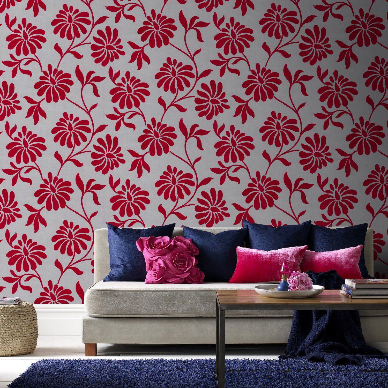 Эффектный контраст между цветами на стене и диванными подушками