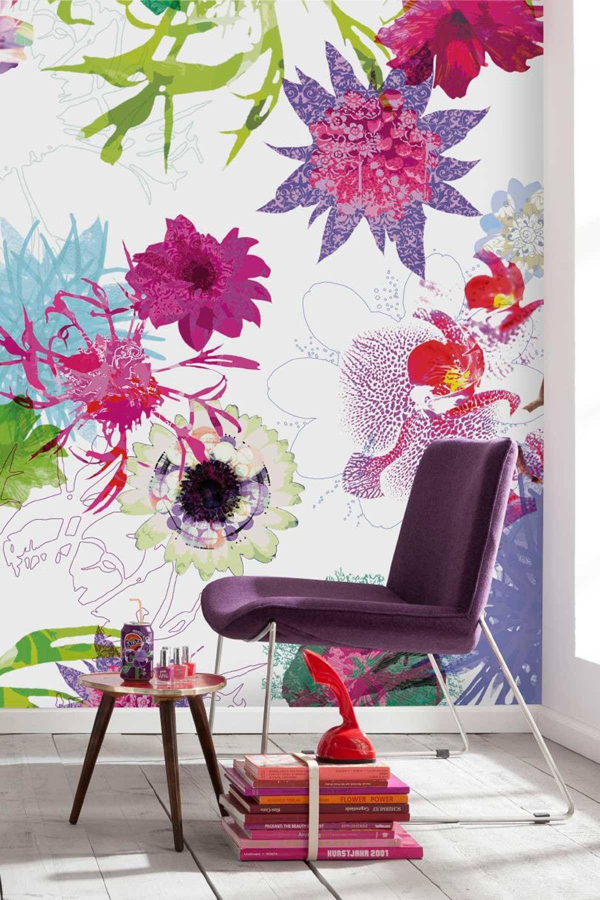 Крупный яркий цветочный принт на стене