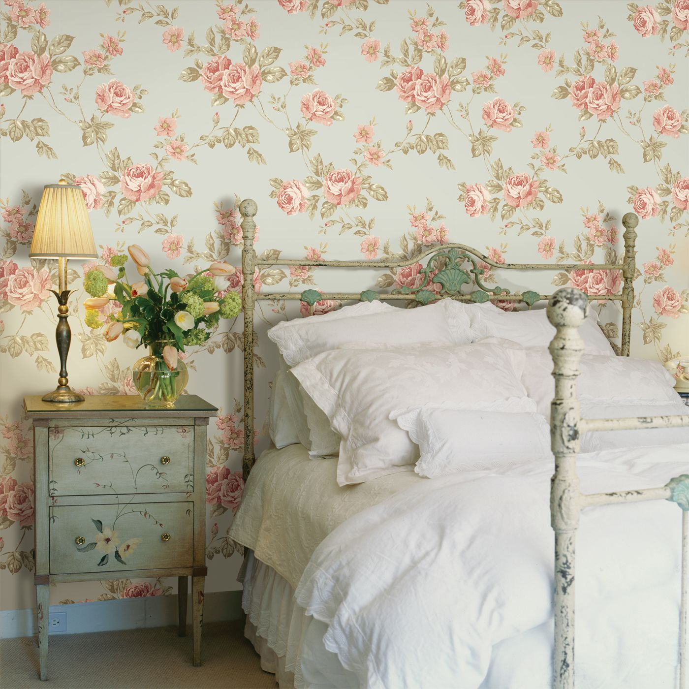 Розы на стене в спальне стиля прованс
