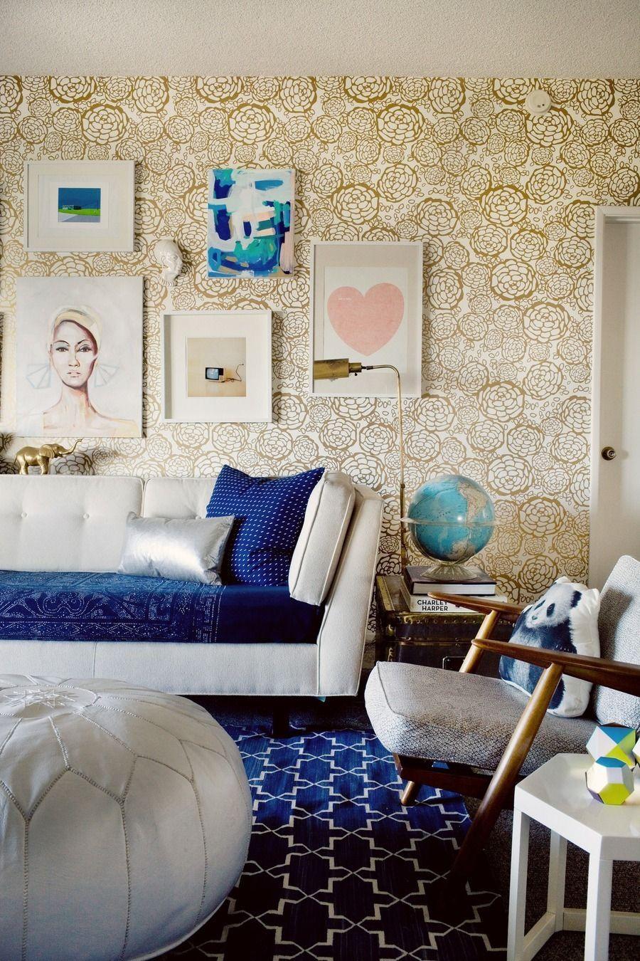 Золотой цветочный узор на стене в гостиной