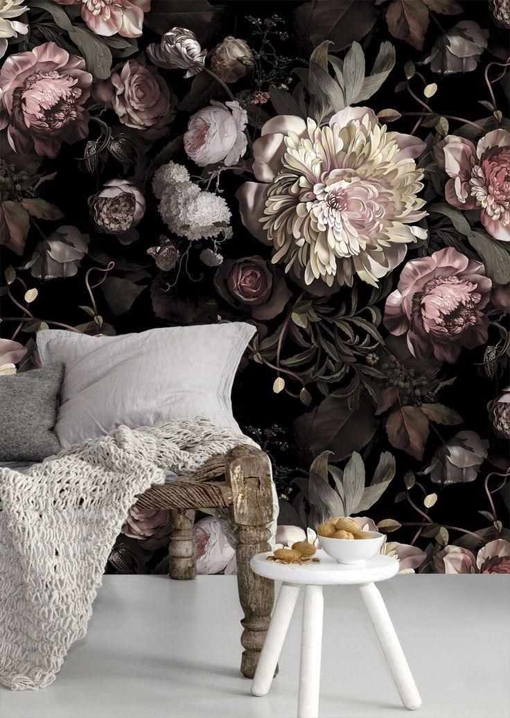 Насыщенный яркий цветочный принт на черном фоне