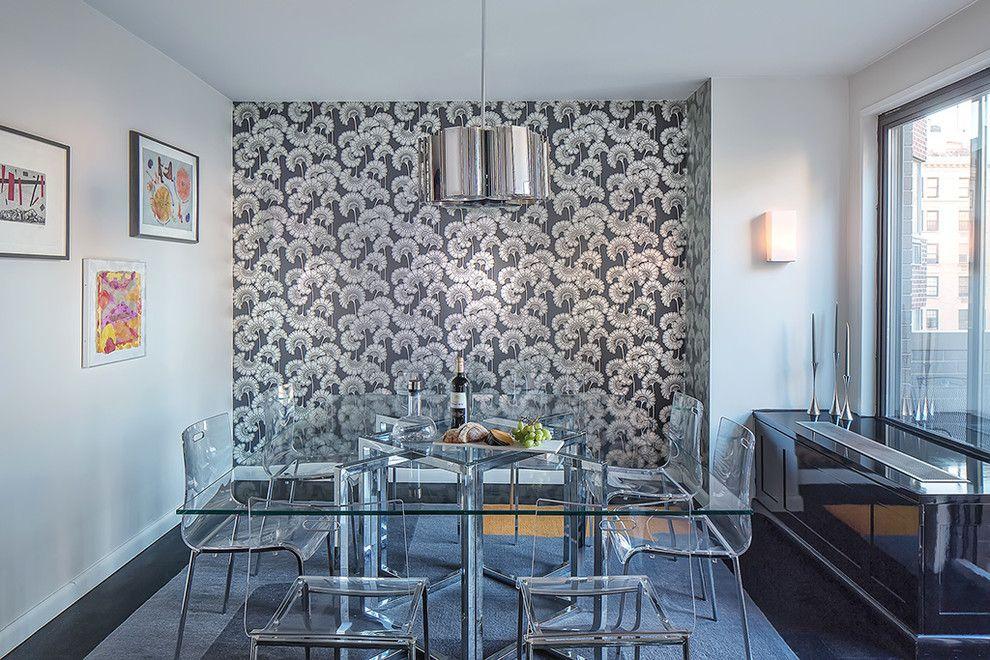 Комбинация цветочных обоев и однотонных стен в столовой