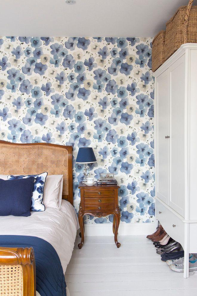 Красивые голубые цветы в спальне