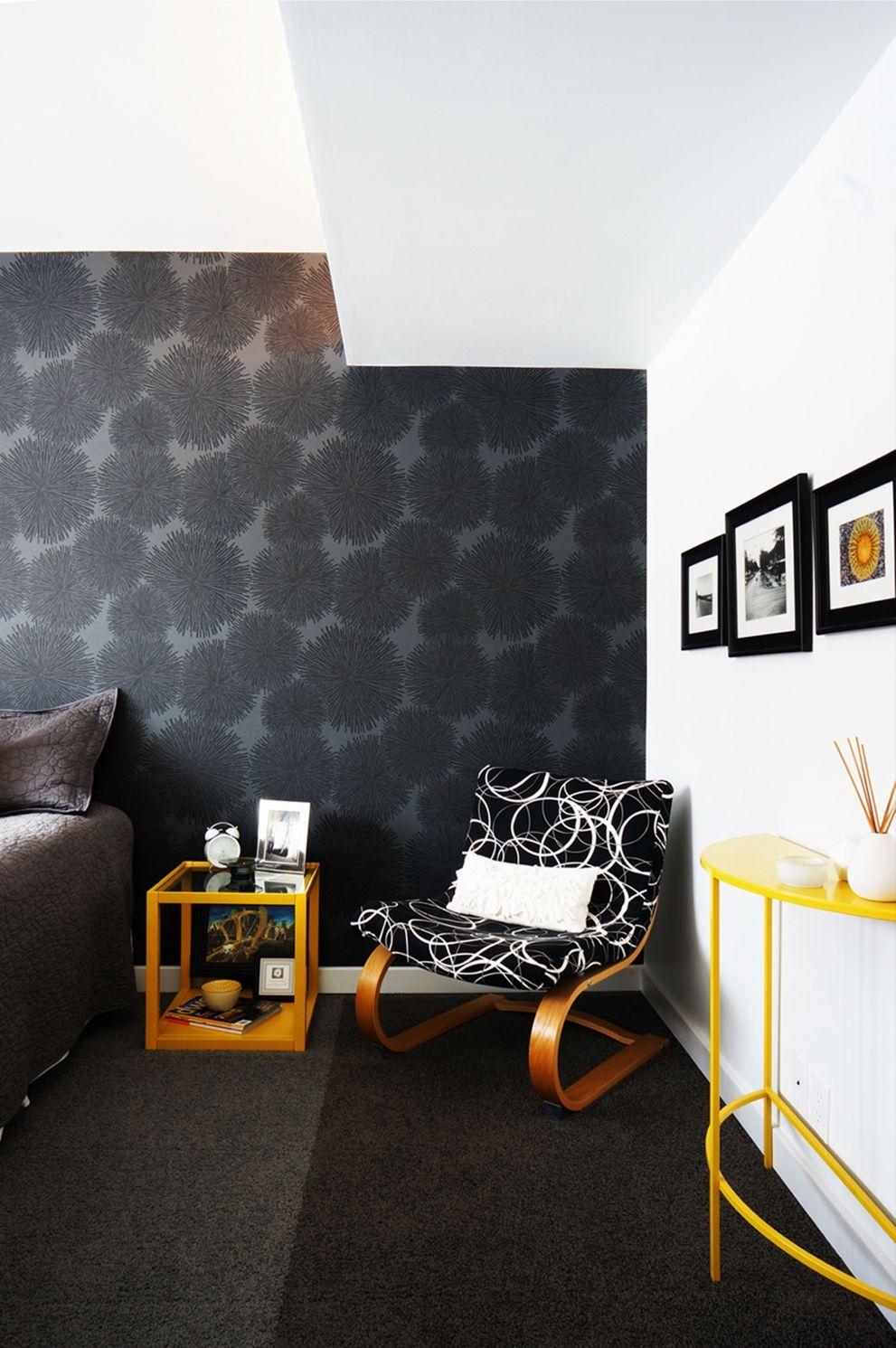Насыщенными черными обоями лучше оклеить только одну стену в комнате