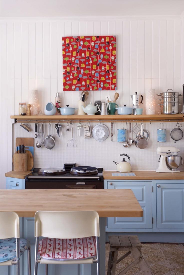 Стойкость пластиковых панелей позволяет не переживать за них на кухне