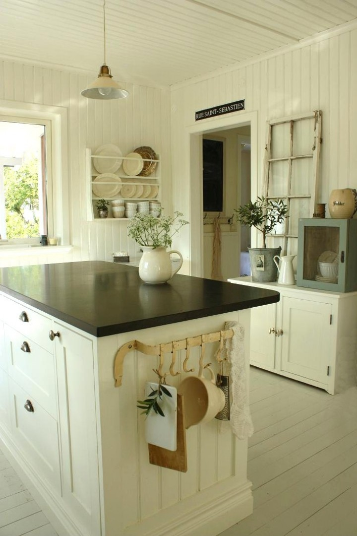 Грамотное использование однотонной вагонки сделает Вашу кухню еще более уютной