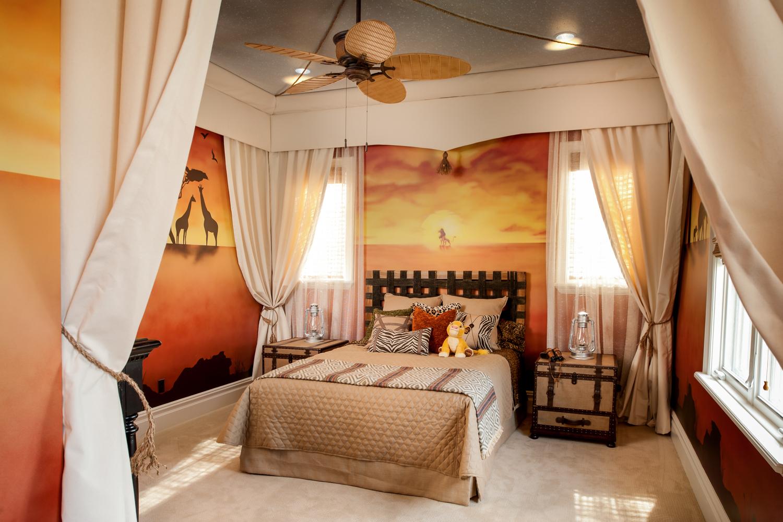 Звёздный потолок со шторами в четырех углах комнаты усиливает ощущение сна в палатке в африканской саванне