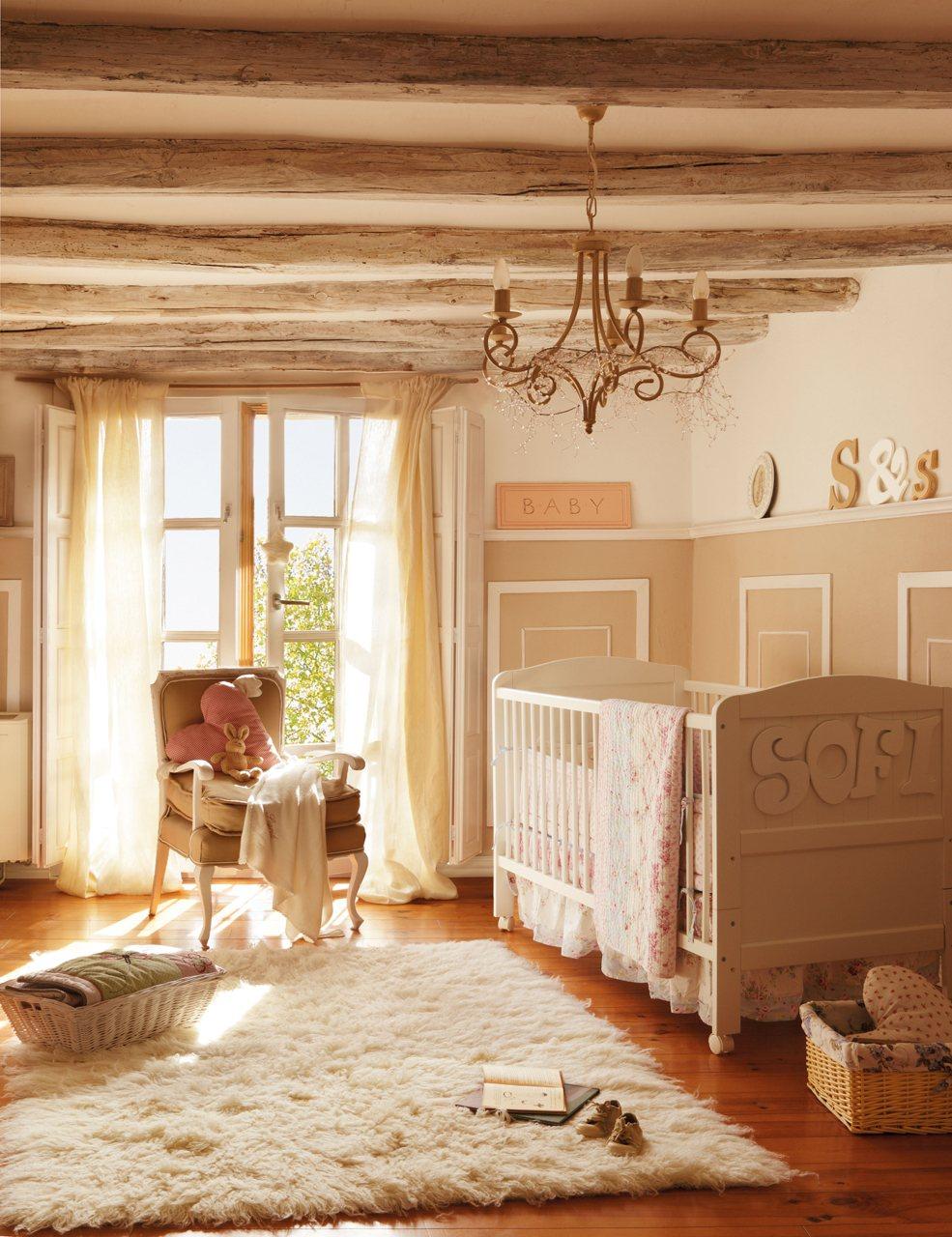 Для оформления потолка детской комнаты в стиле прованс прекрасно подойдут декоративные балки с неровной обработкой светло-коричневого цвета
