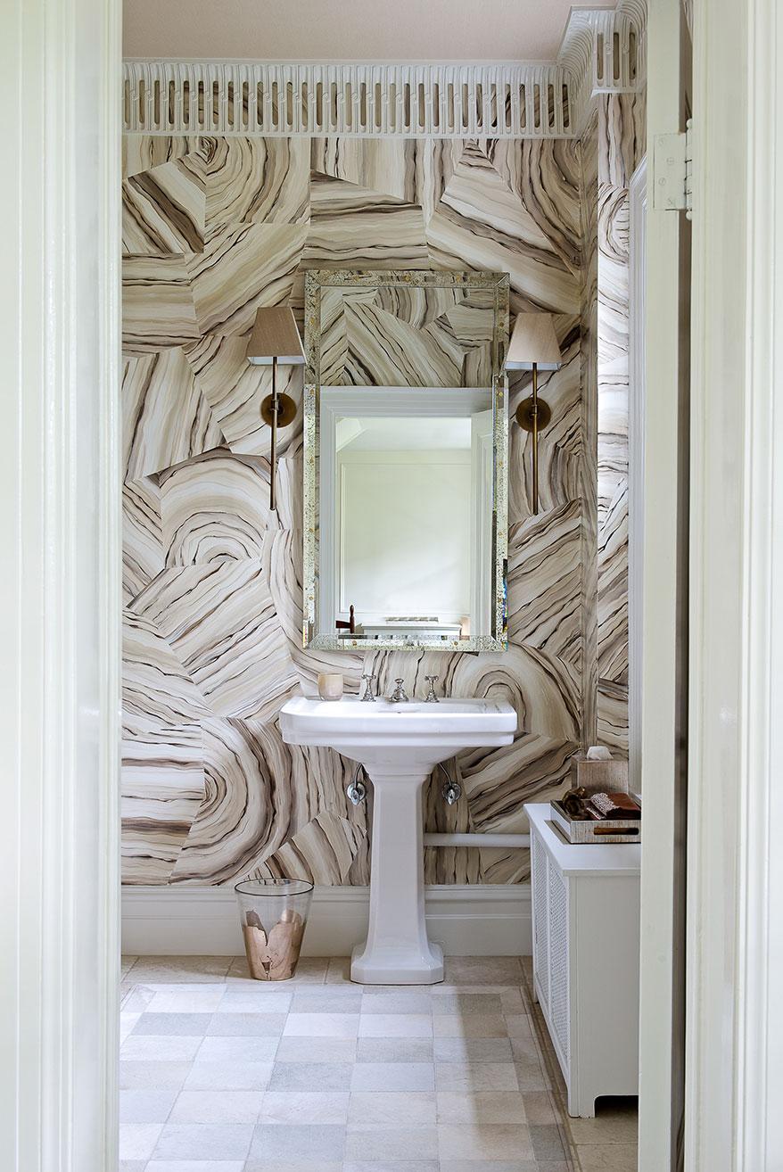 Потолочный плинтус оригинальной формы в ванной