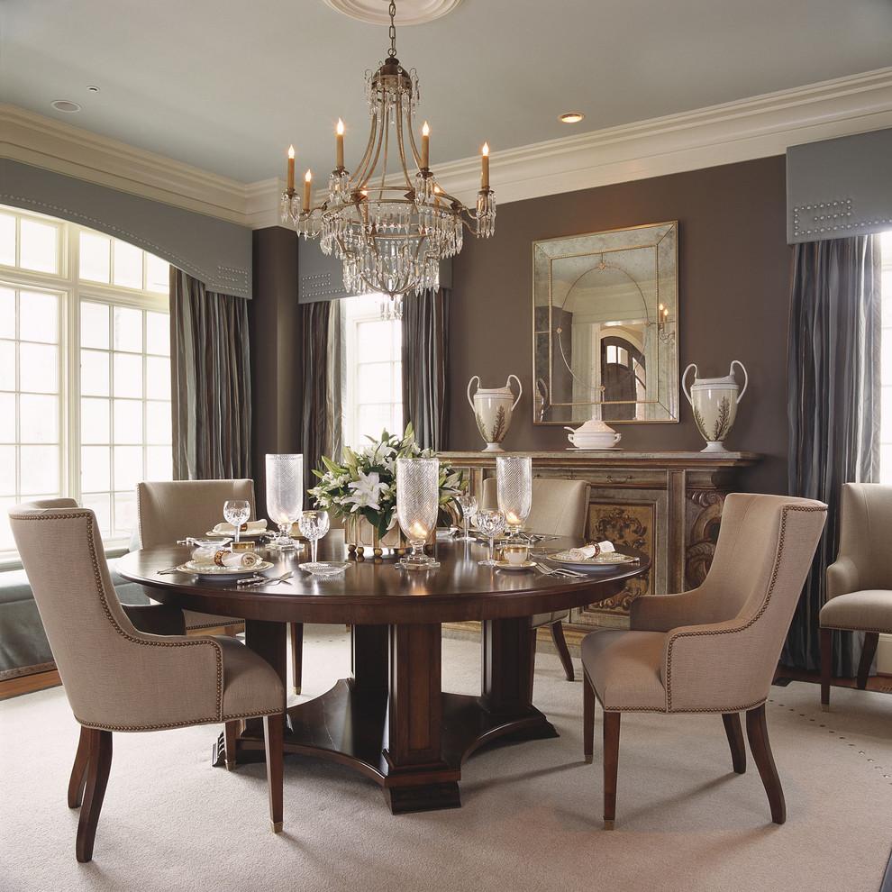 Широкий багет отлично смотрится в комнате с высокими потолками