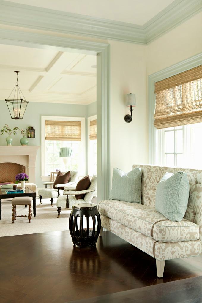 Дверные и оконные рамы и потолочный плинтус окрашены в нежно-голубой цвет