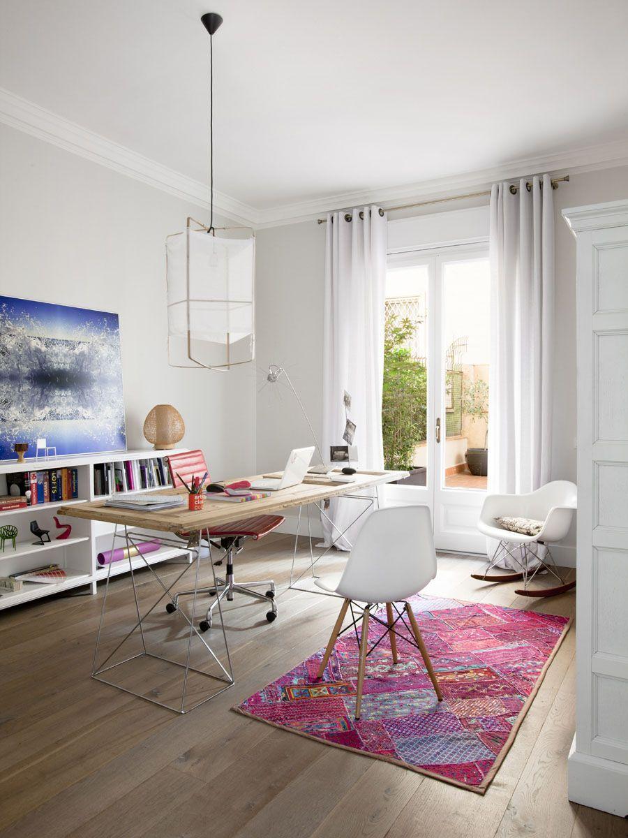 Белый потолочный багет на фоне белых стен и потолка