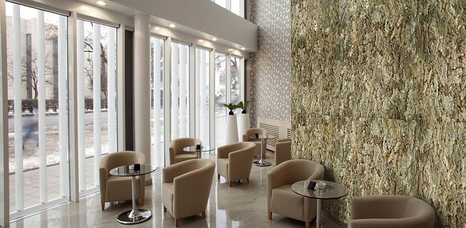 Большая площадь, покрытая пробковыми обоями, будет выглядеть очень эффектно в просторных помещениях