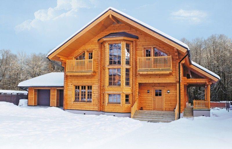 Деревянный дом будет смотреться уместно как в черте города, так и за городом, на природе