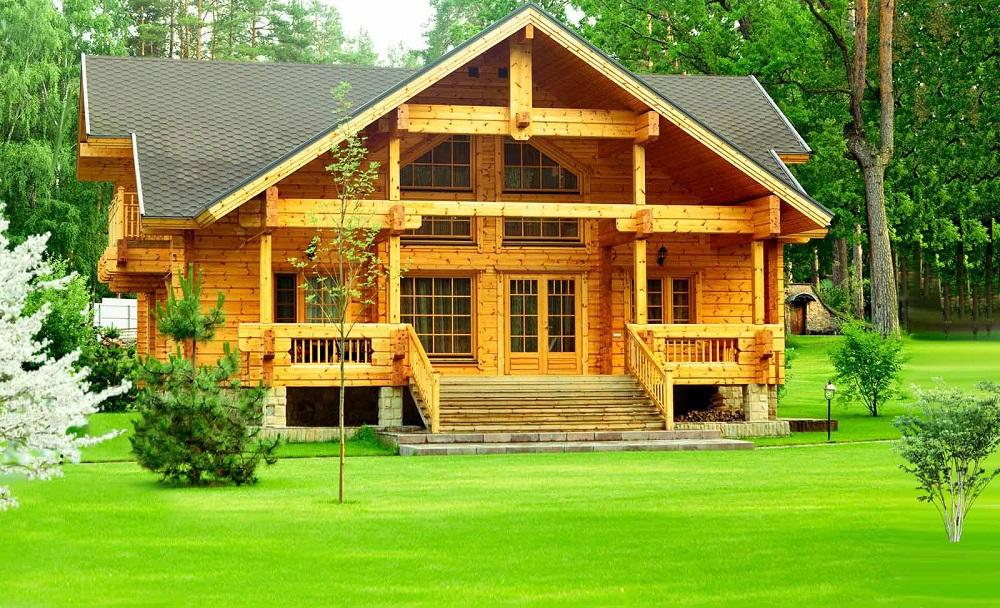 Древесный фасад и ровный зеленый газон составляют прекрасную композицию