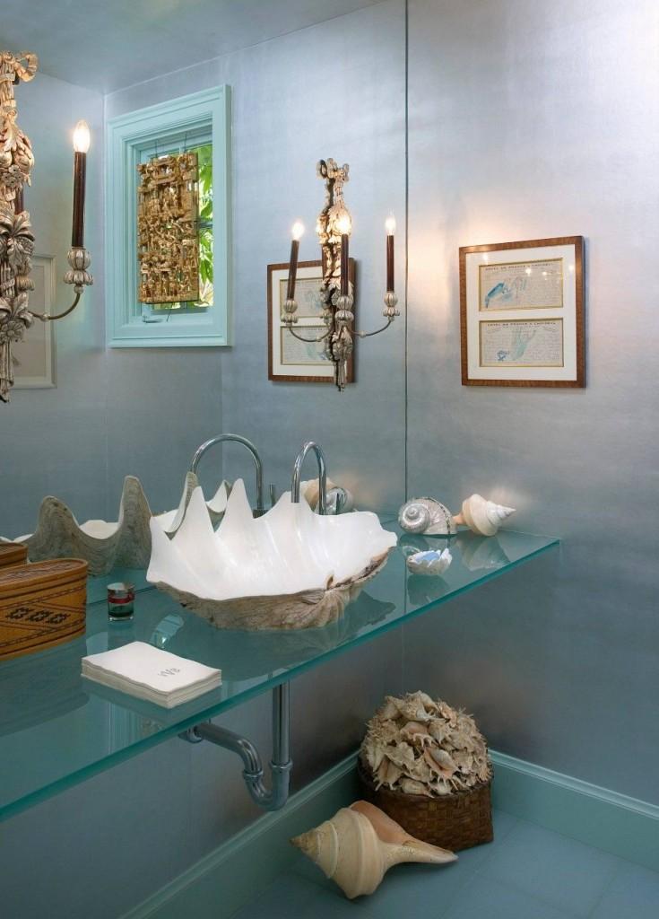 Необычный умывальник в форме морской ракушки на стеклянной консоли сделает ваш интерьер индивидуальным