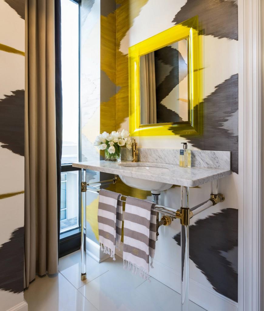 Креативный дизайн ванной комнаты с мраморным умывальником на прозрачных ножках