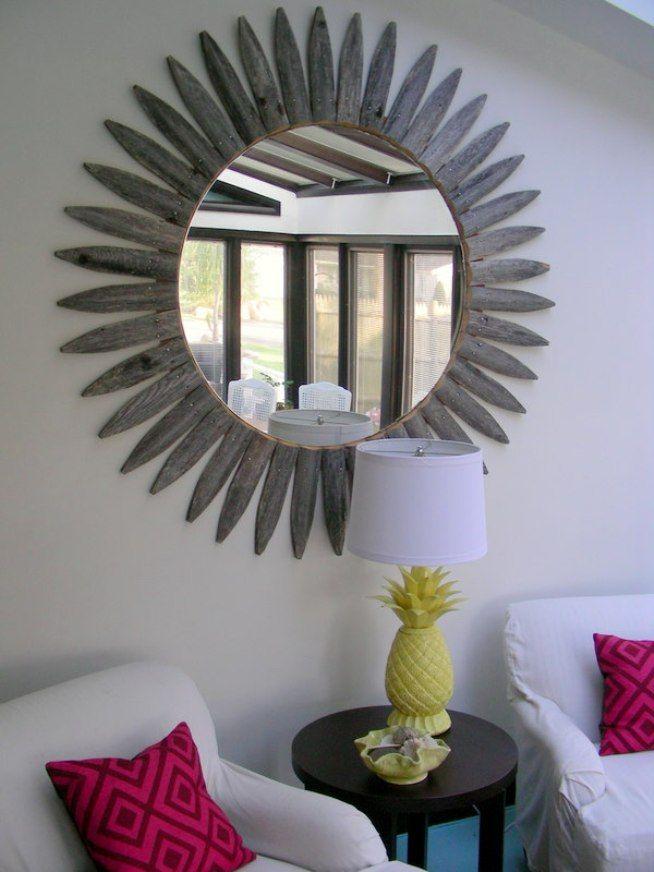 Для изготовления зеркальной рамы использованы деревянные колышки