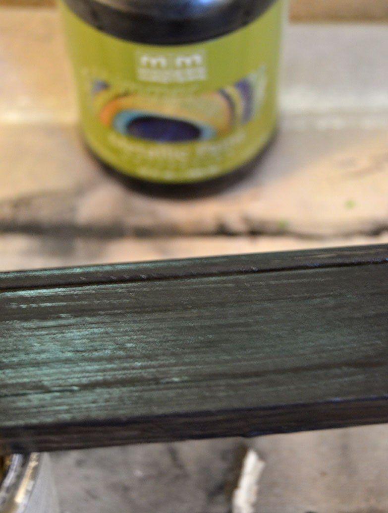 Разрезанный плинтус необходимо перекрасить в нужный цвет