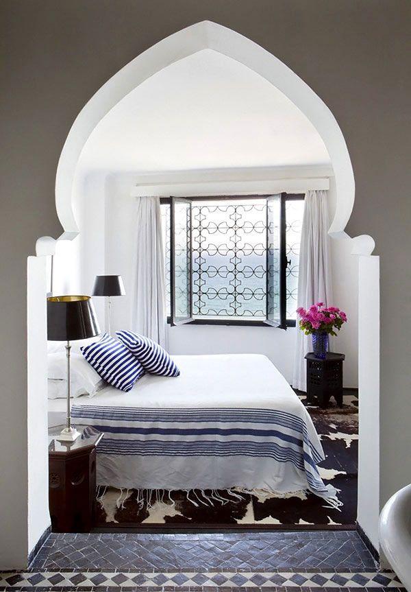 Кованая решетка прекрасно дополнила интерьер в марокканском стиле