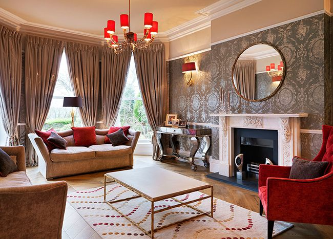Сочетание серебристых обоев и пастельных цветов сделают комнату более приятной и светлой