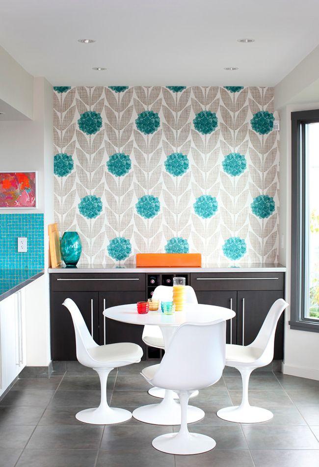 В кухне хорошо смотрятся светло-серые обои с яркими акцентами, комната смотрится очень уютно, подчеркивается ее чистота