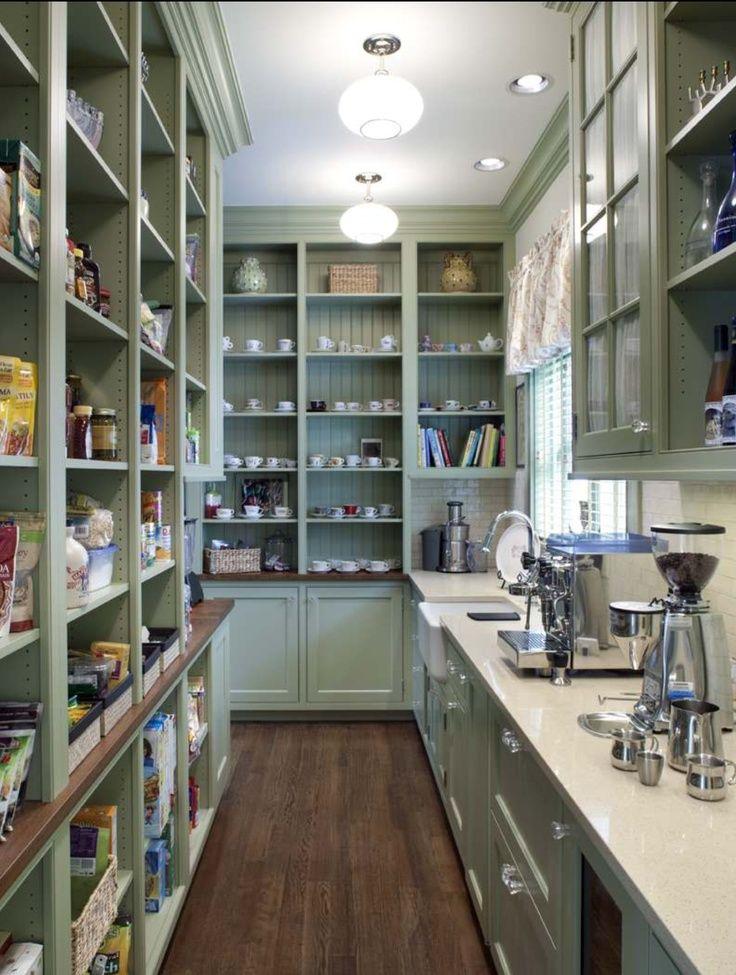 Серо-голубой цвет хорошо уравновешивает впечатление от изобилия кухонной утвари в шкафчиках