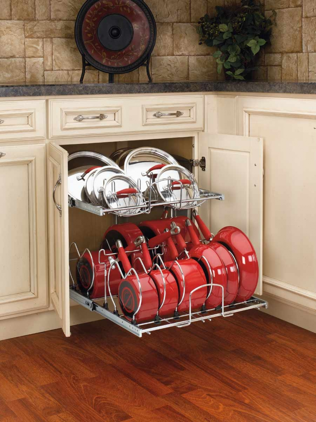 Система хранения поможет удобно и рационально использовать пространство внутри шкафчиков