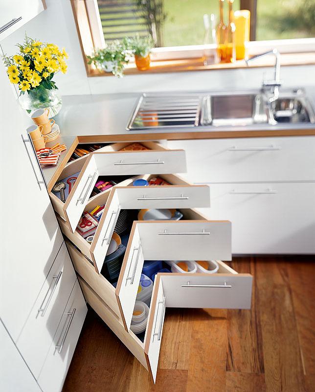 Угловой напольных шкаф со специальными полками очень удобен в использовании