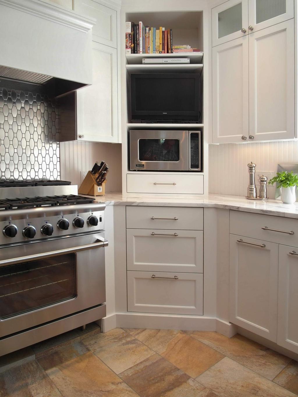 Угловое размещение телевизора - один из лучших способов установки телевизора без кронштейна, делает его просмотр удобным с любой точки на кухне