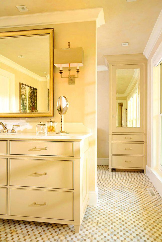 Пенал с зеркалом бежевого оттенка, будет смотреться в ванной комнате ярко и аристократично