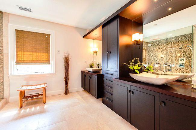 Для тех, у кого особенно много ванных принадлежностей, отличный вариант – это такая стенка в восточном стиле