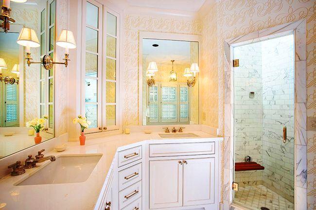 В ванной комнате с угловым встроенным шкафчиком будет намного приятнее проводить время: уют, красота, порядок