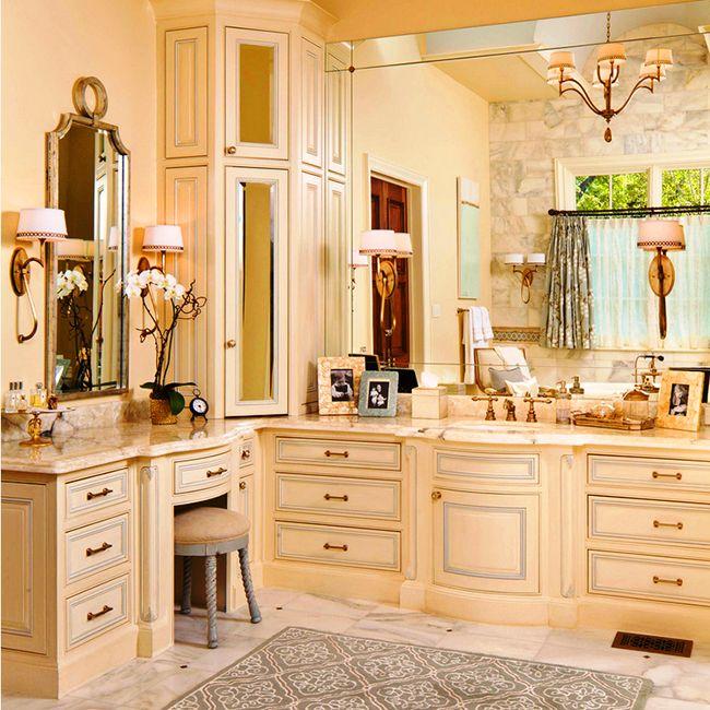 Ванная комната превращается в настоящую мастерскую красоты с таким угловым шкафом со множеством ящичков
