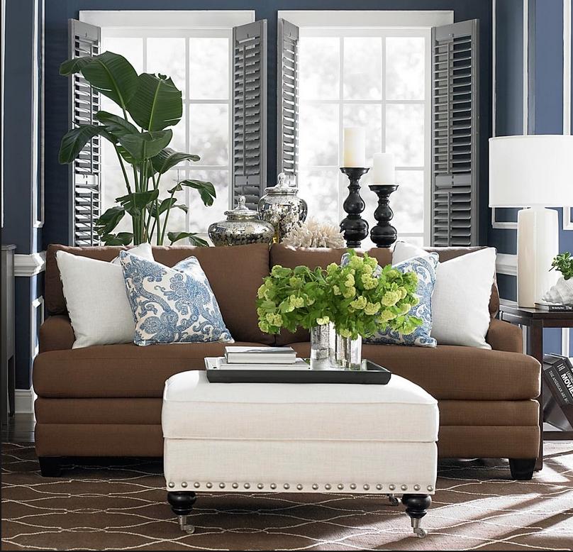 Коричневый диван с разворачивающимся механизмом