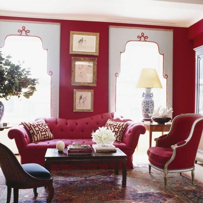 Нежно-розового цвета софа в интерьере с восточными мотивами
