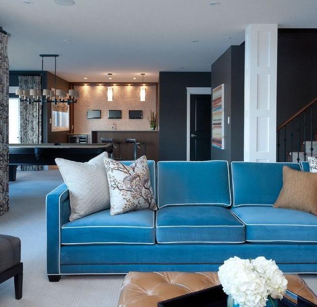 Ярко-голубой диван со светлыми подушками