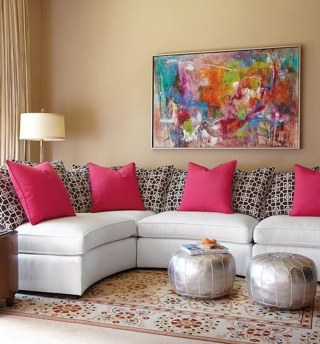 Белый диван с яркими контрастными подушками