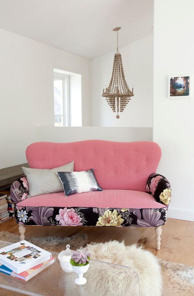 Аккуратная розово-цветочная софа