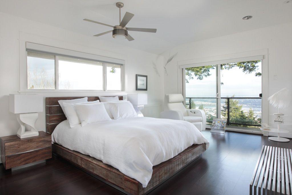 Темный цвет спального гарнитура контрастно смотрится на фоне белых стен