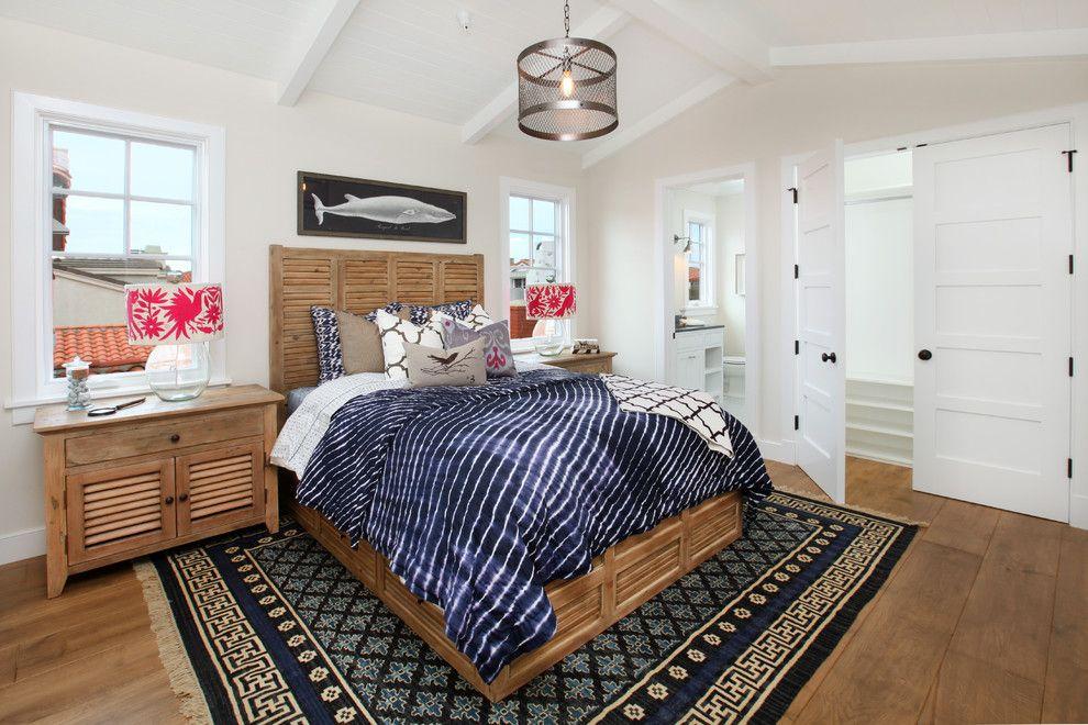 Добротная кровать, выполненная из дерева