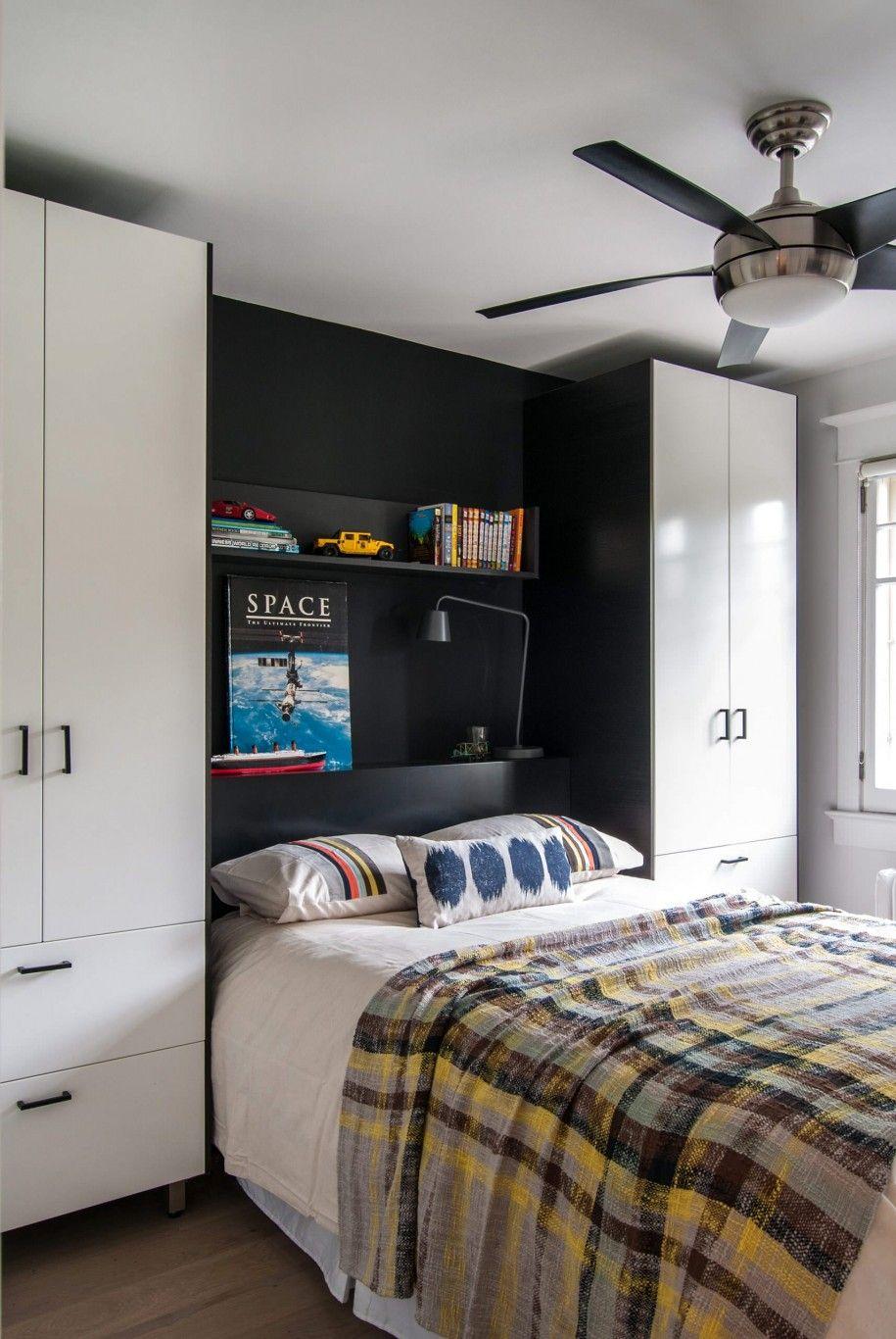 Шкаф занимает всю стену и изголовье кровати