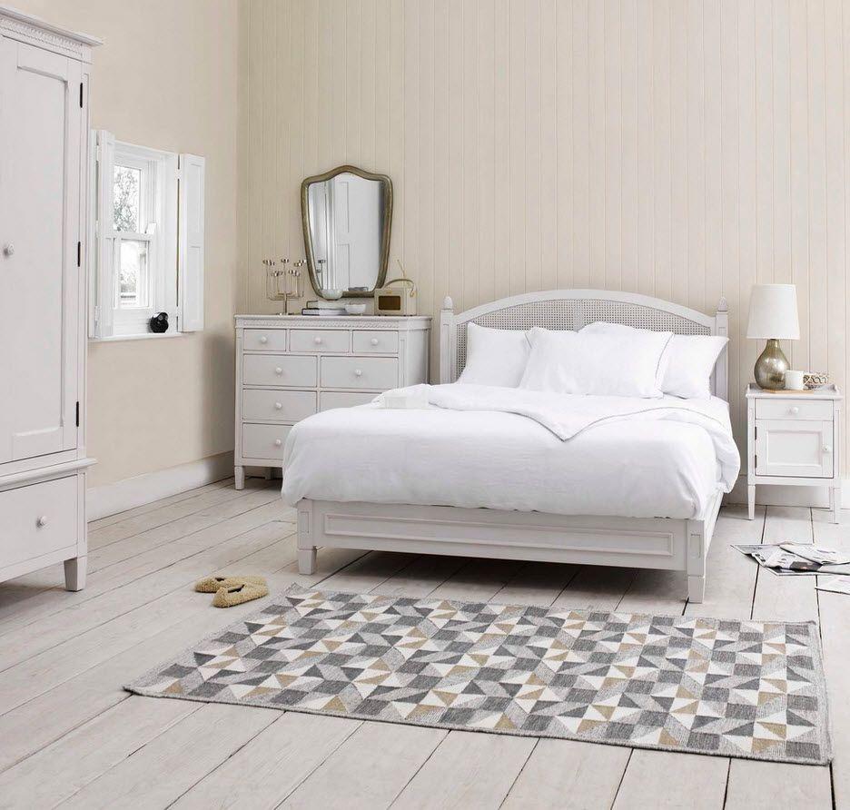 Зеркало над комодом - нужный и функциональный атрибут в спальне