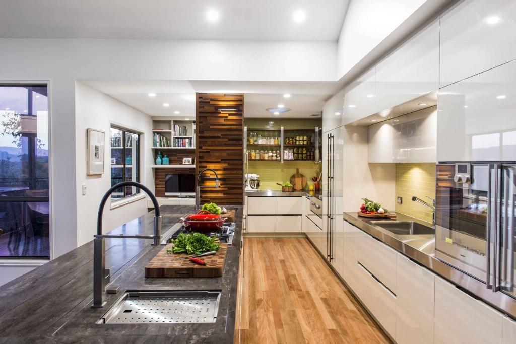 Применение двух материалов в интерьере одной кухни - камень для островной части и металл для пристенной столешницы